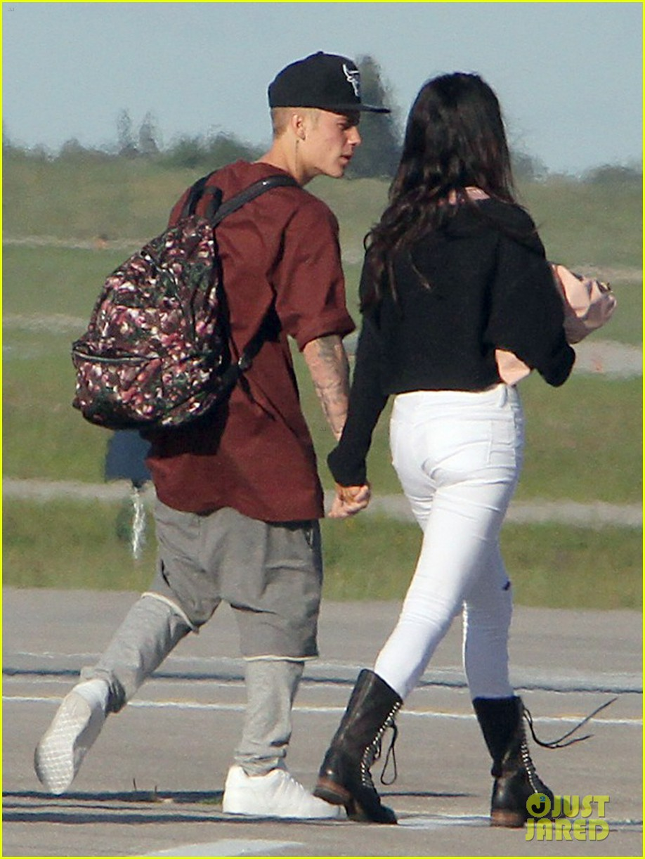 justin bieber selena gomez hold hands upon arrival in canada 03