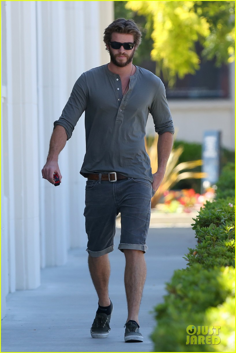 liam hemsworth furniture shopping scruffy beard 013185603