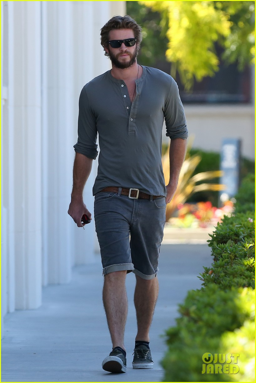 liam hemsworth furniture shopping scruffy beard 06