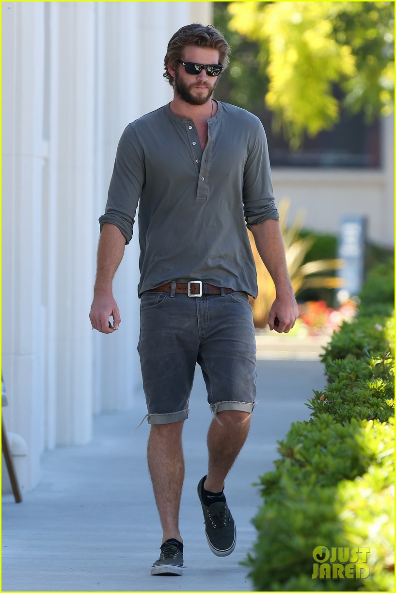 liam hemsworth furniture shopping scruffy beard 08