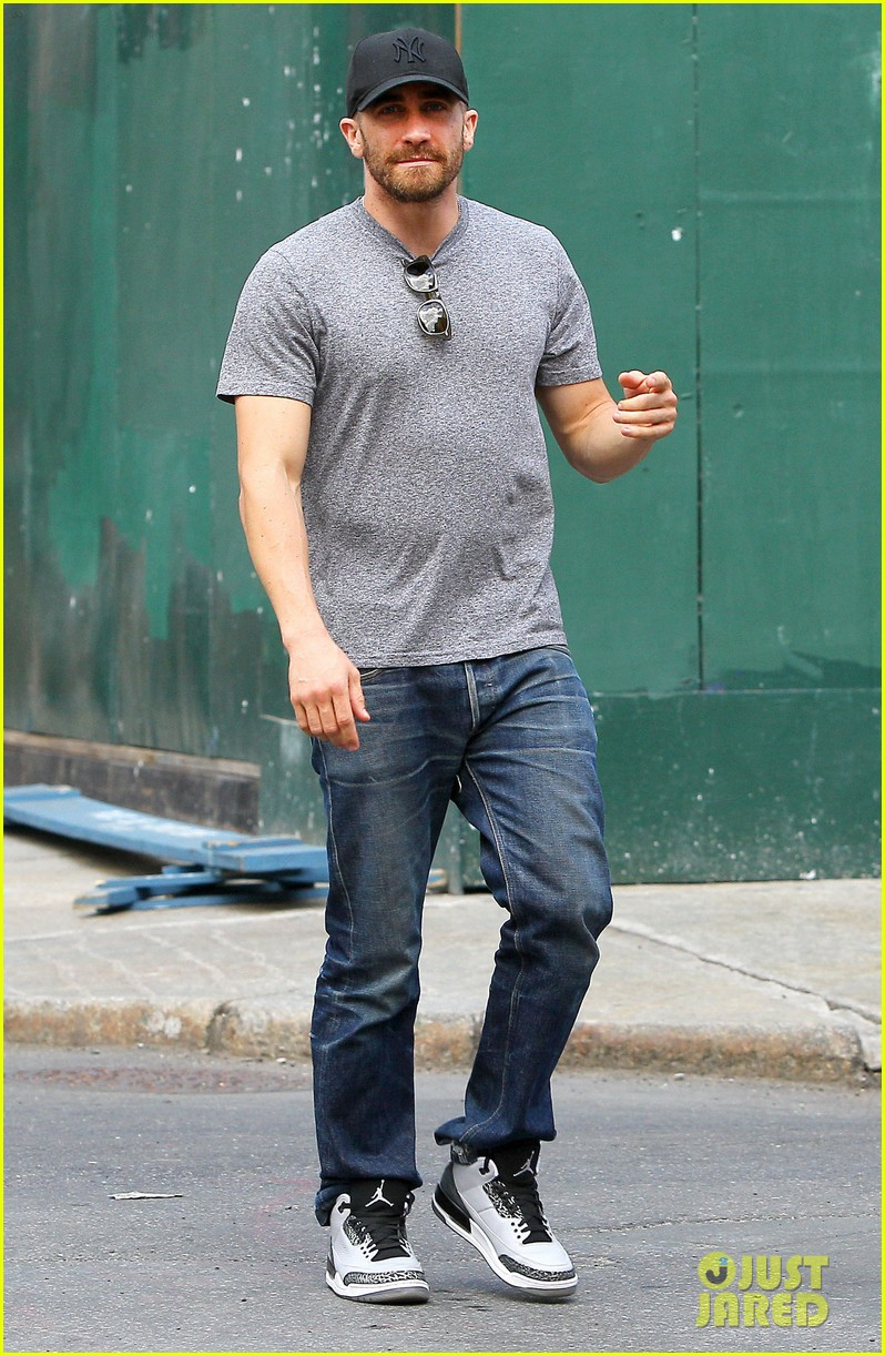 jake gyllenhaals abs are visible through his shirt 033178374