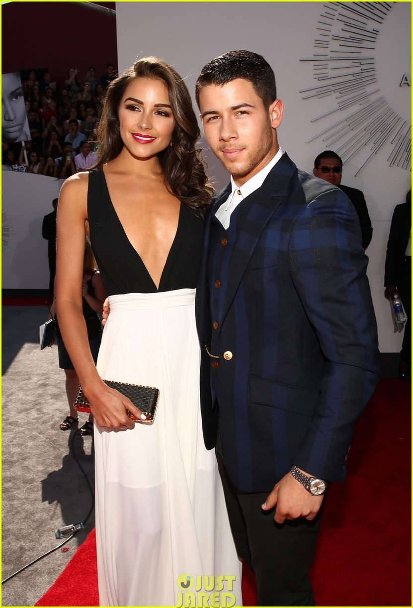 nick jonas olivia culpo vma red carpet 04