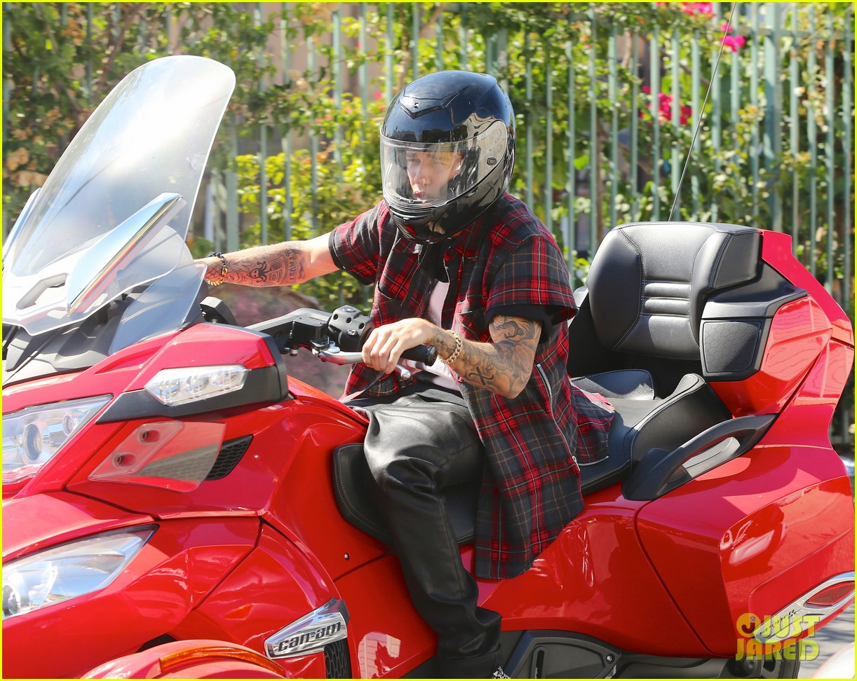 justin bieber ditches facial hair rides spyder 02