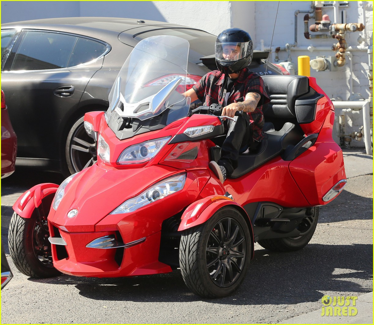 justin bieber ditches facial hair rides spyder 05