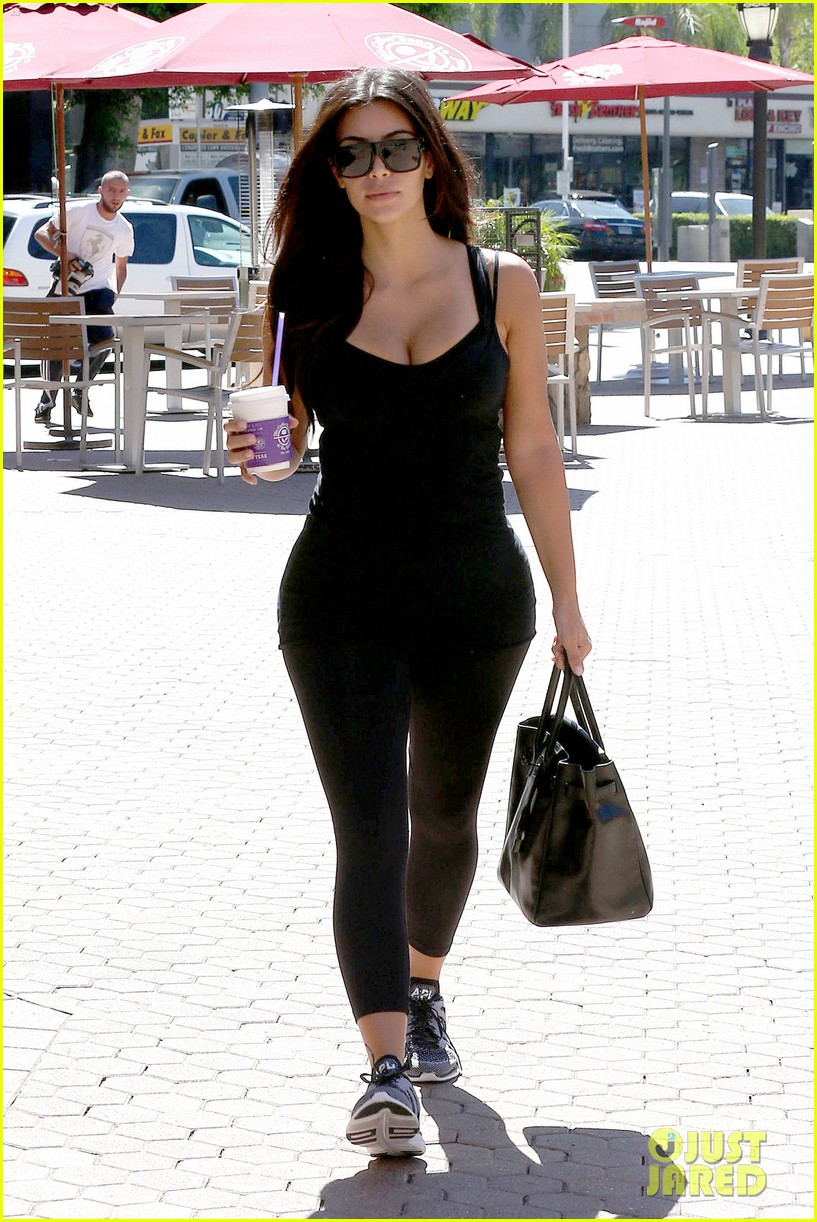 kim kardashian gym tights accentuate her curves 01