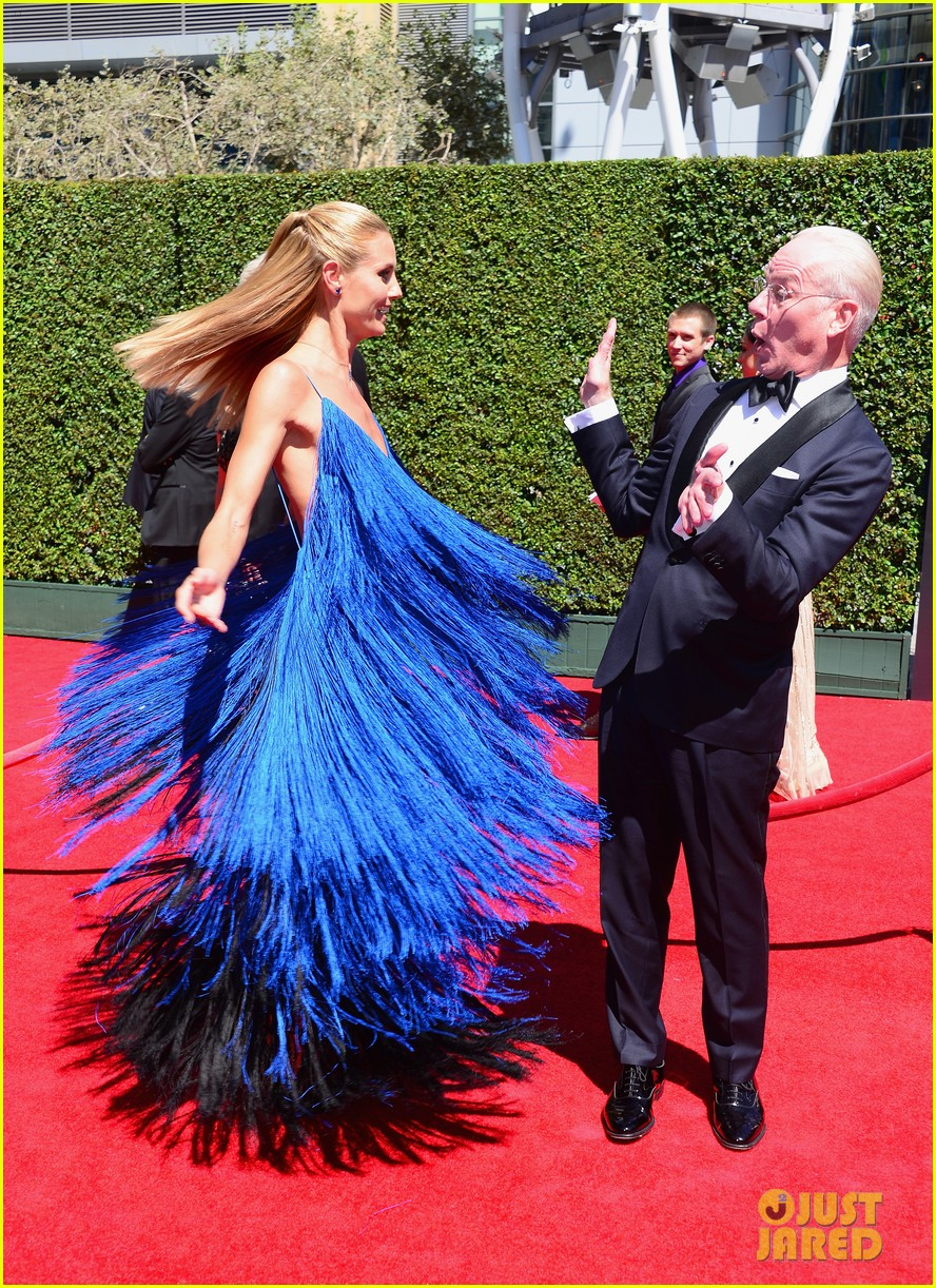 heidi klum twirls into tim gunn creative arts emmys 02