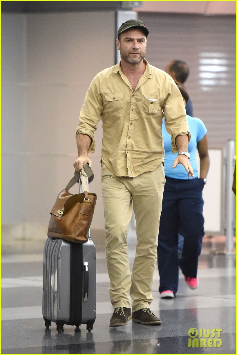 liev schriber declines pic fan jfk airport 02