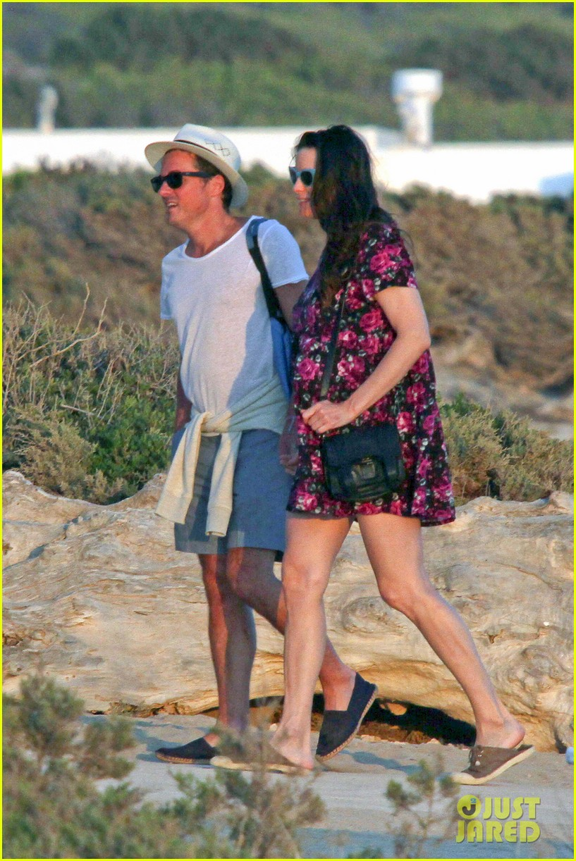 liv tyler kisses new boyfriend dave gardner 09