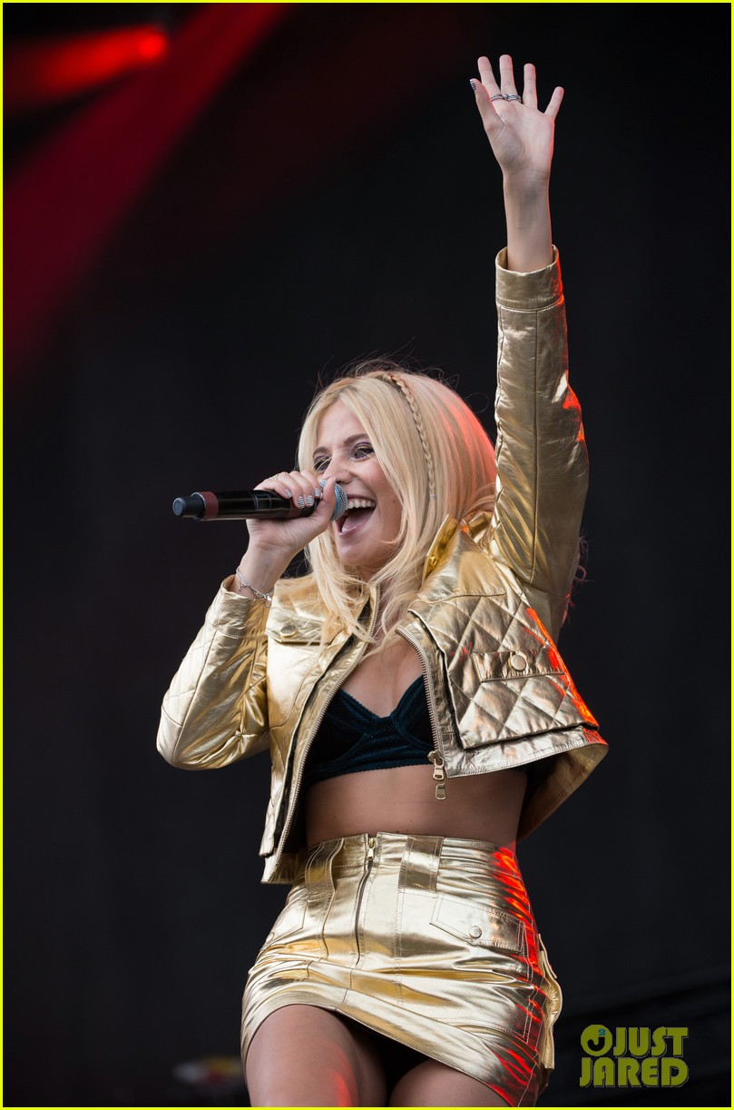 pixie lott v festival performance hair 05