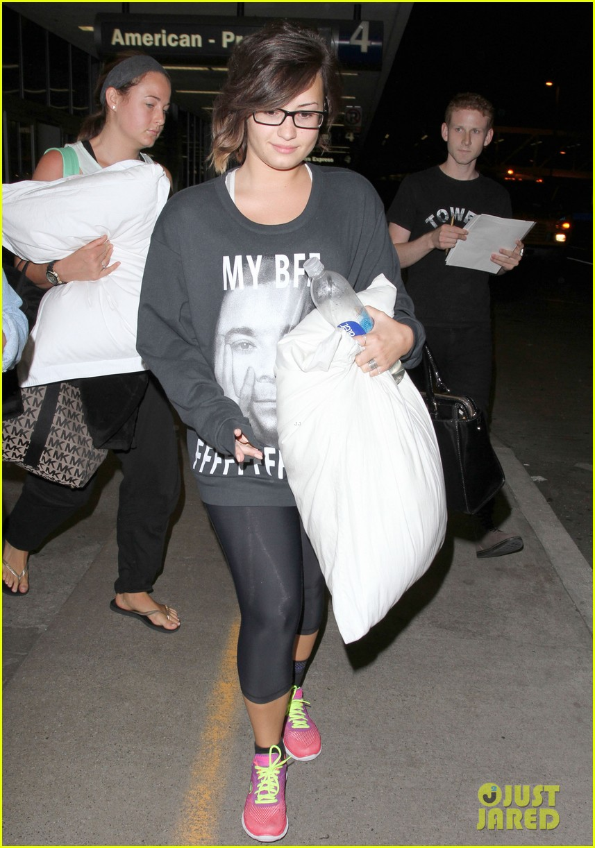 demi lovato jimmy fallon my bff sweater lax airport 123178003