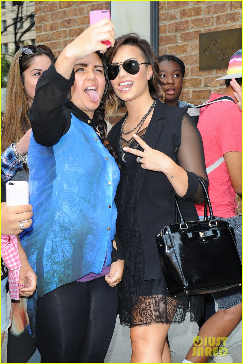 demi lovato tongue out selfie with fan nyc vmas 02