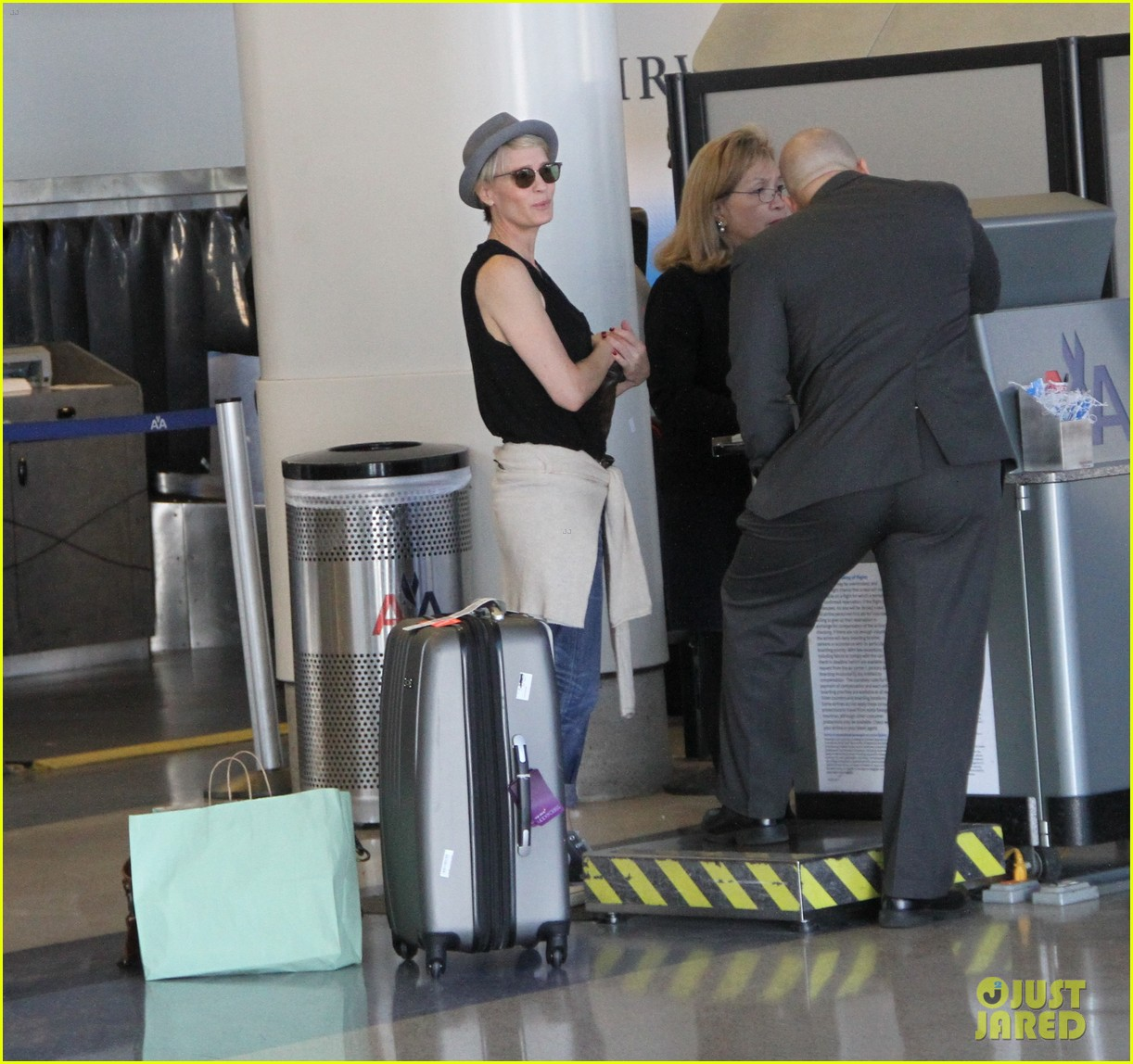 kate mara robin wright fly out of los angeles 02