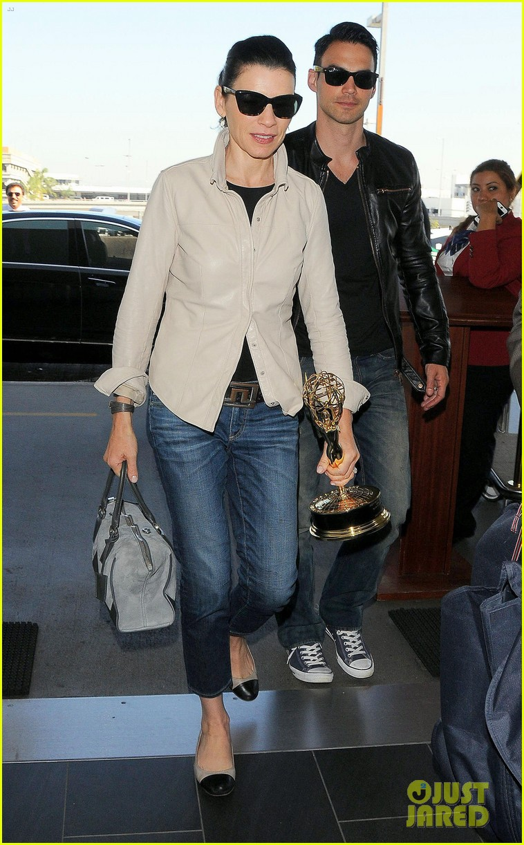julianna margulies shows off emmy statuette at lax 06