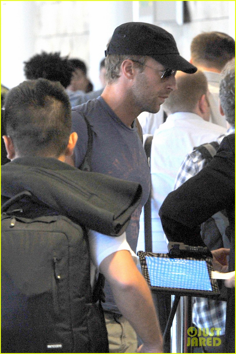chris martin lands in nyc after vineyard date with jennifer lawrence 03