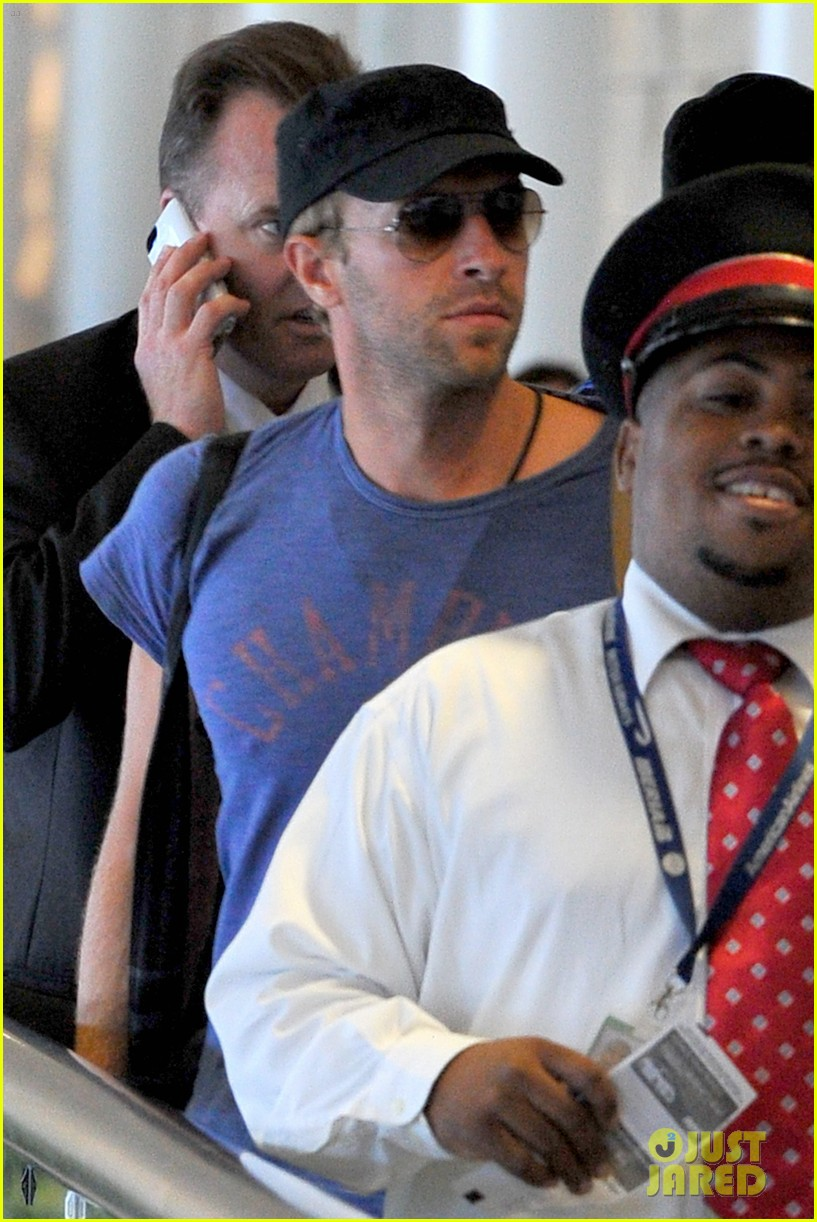 chris martin lands in nyc after vineyard date with jennifer lawrence 08
