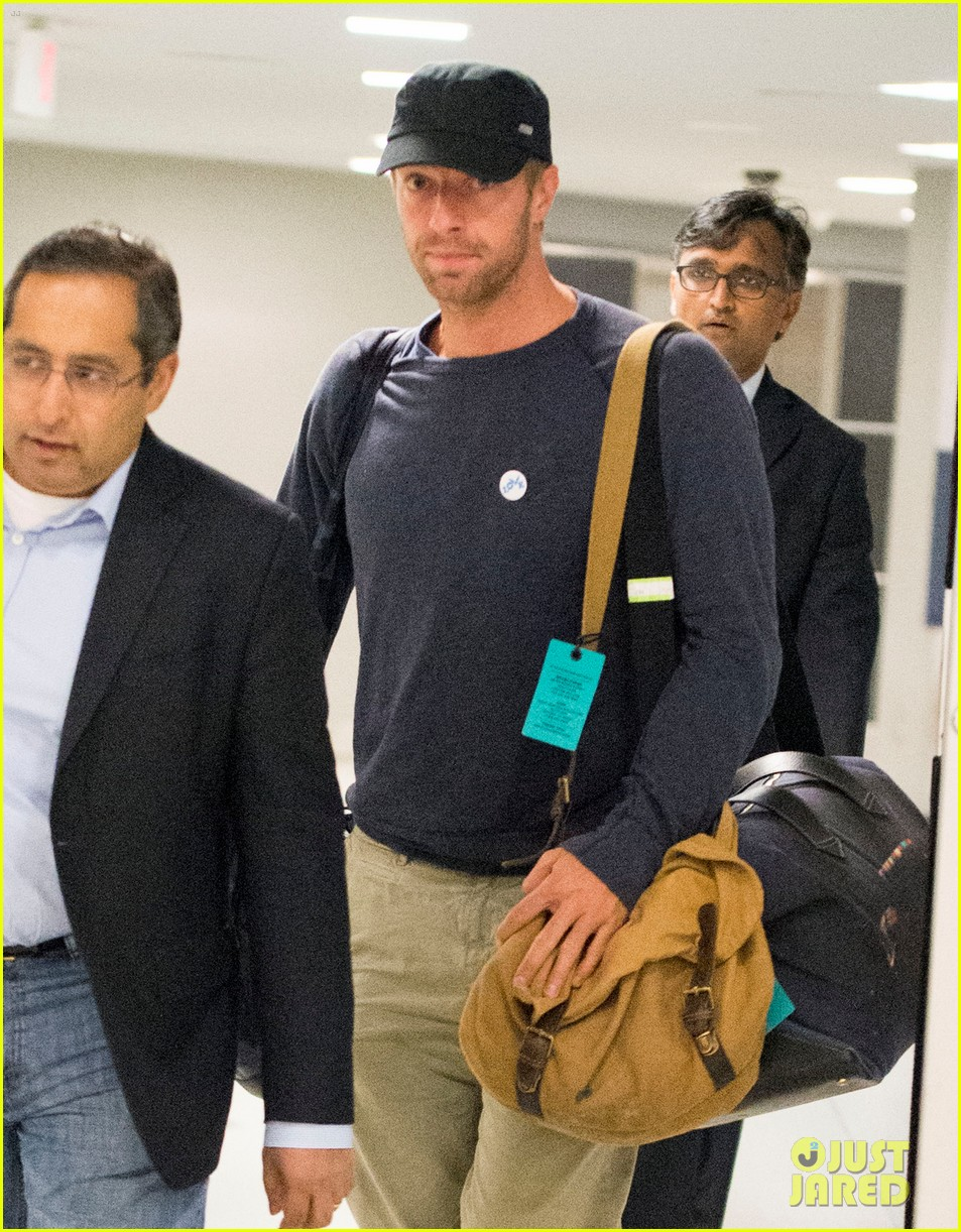 chris martin lands in nyc after vineyard date with jennifer lawrence 10