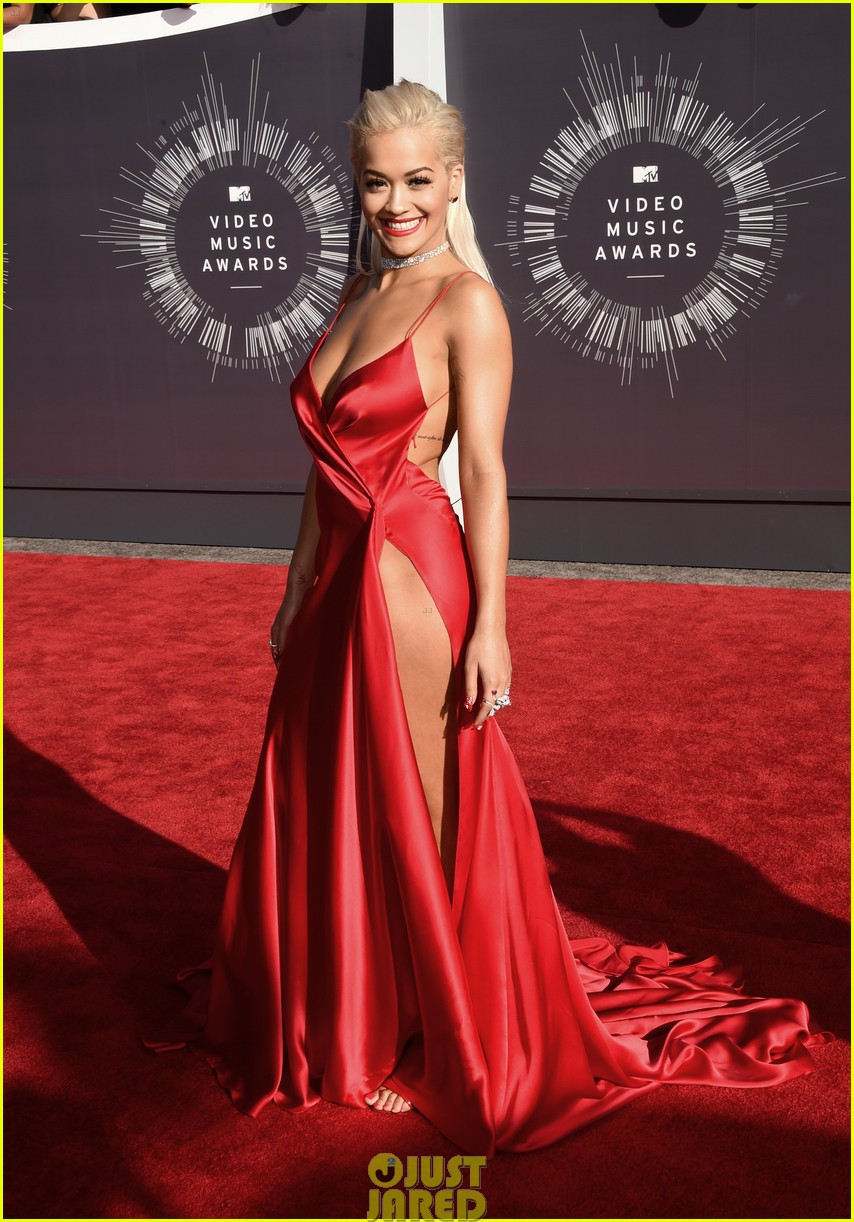 rita ora chris brown mtv vmas long legs red carpet 043182448
