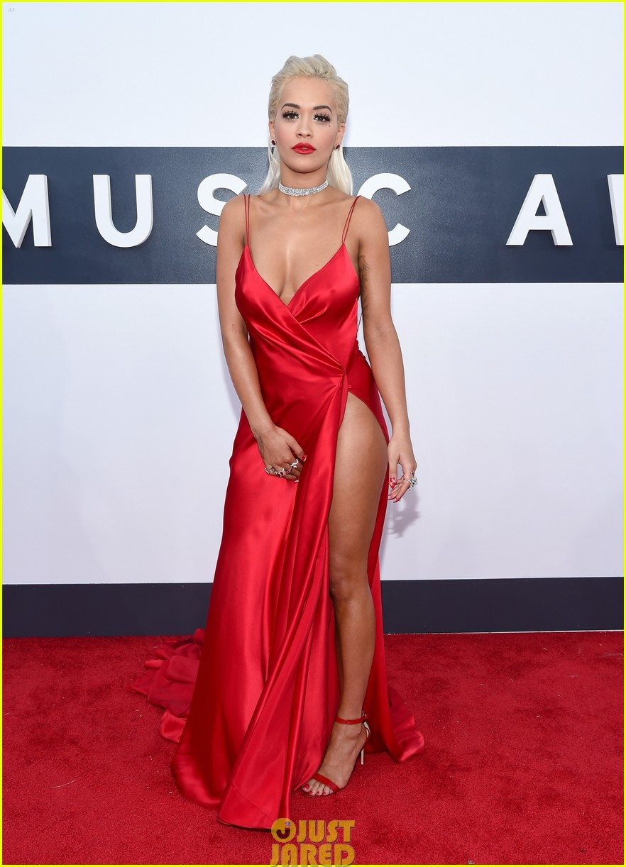rita ora chris brown mtv vmas long legs red carpet 113182454