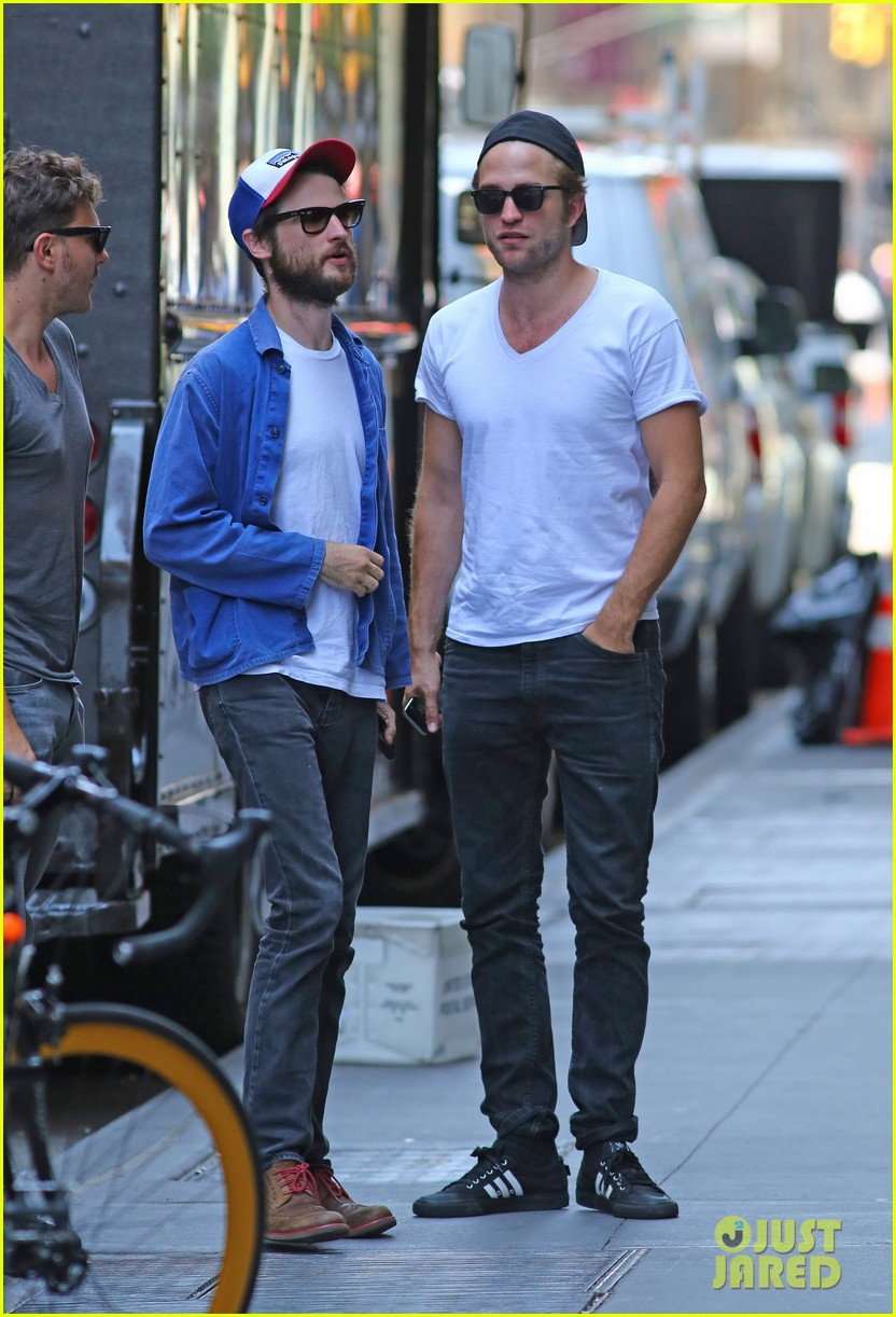 robert pattinson hangs out with tom sturridge 013183094