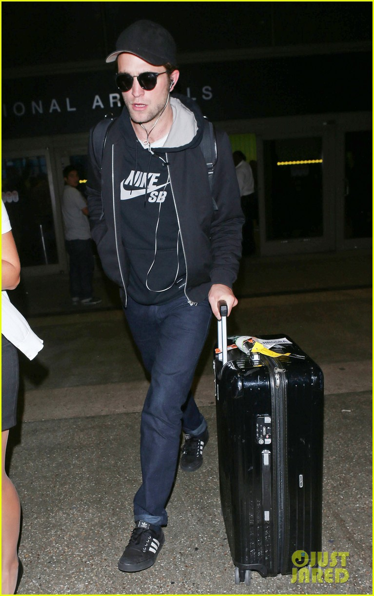 robert pattinson arrives in la incognito 02