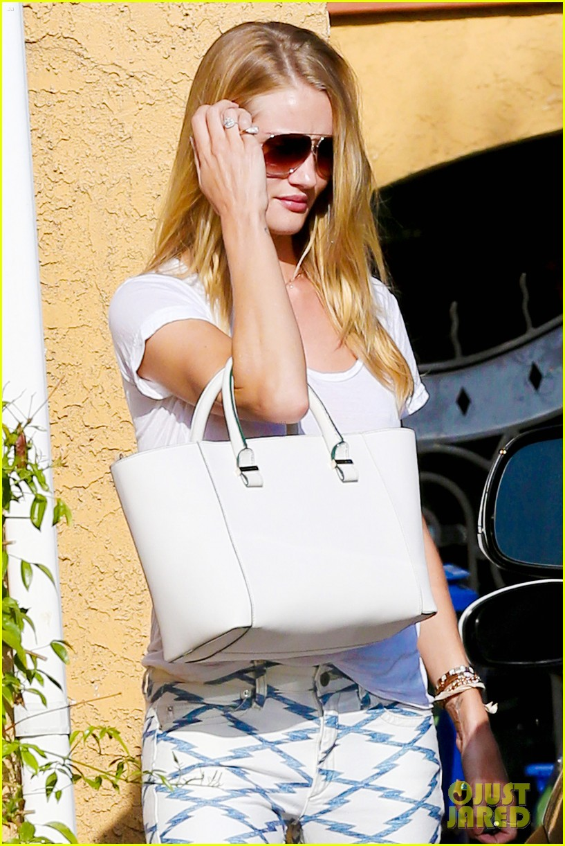 rosie huntington whiteley takes care of business in la 063179616