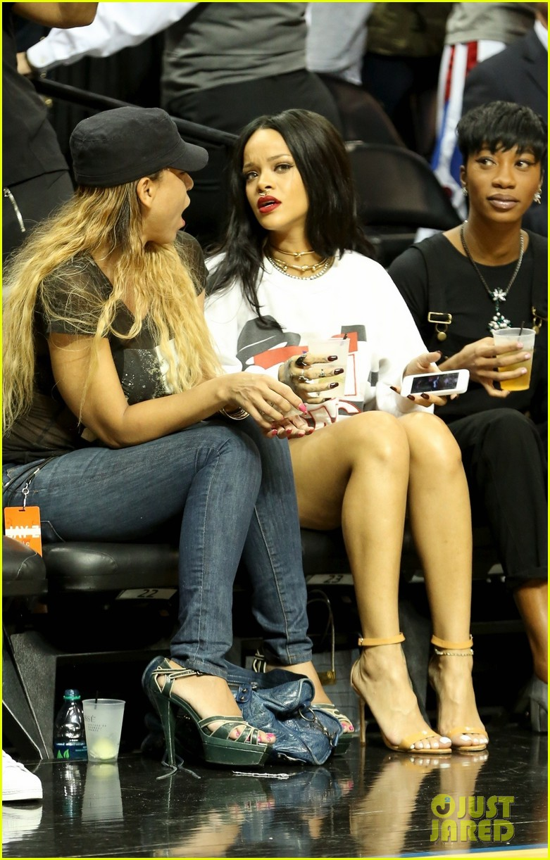 rihanna watches chris brown play basketball in courtside seats 27