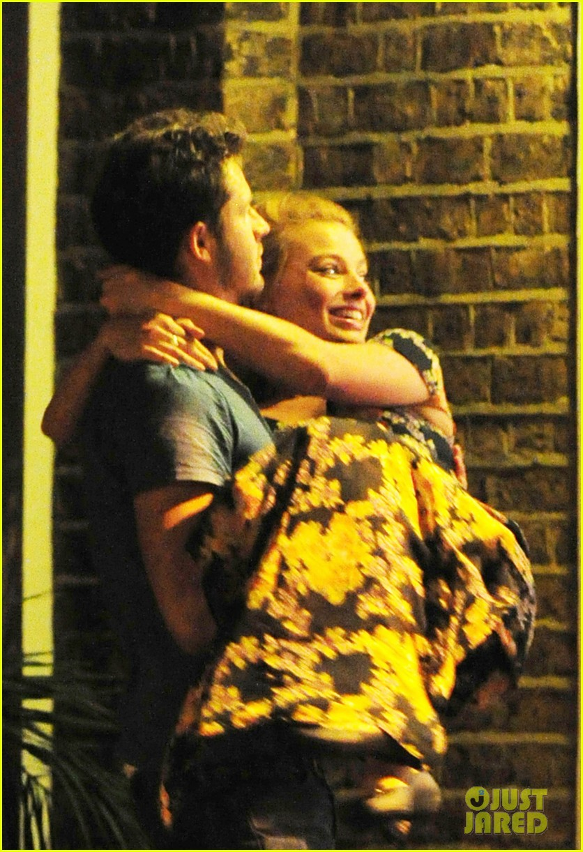 margot robbie passionately makes out with mystery man 023184959