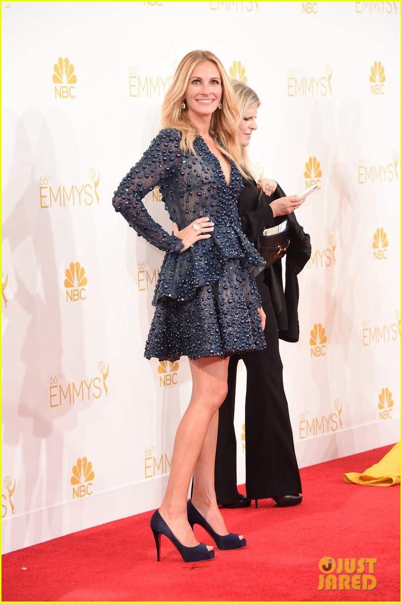 julia roberts looks amazing short dress at emmys 2014 06