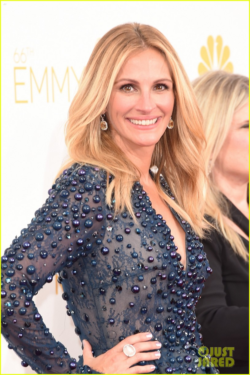 julia roberts looks amazing short dress at emmys 2014 07