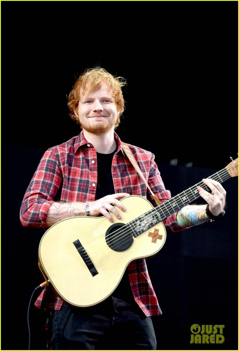 ed sheeran v festival performance sing 01