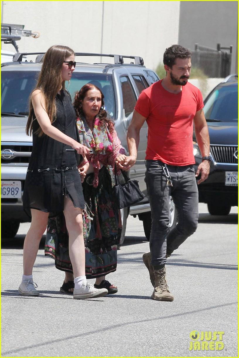 shia labeouf mia goth hold hands mom shayna 03