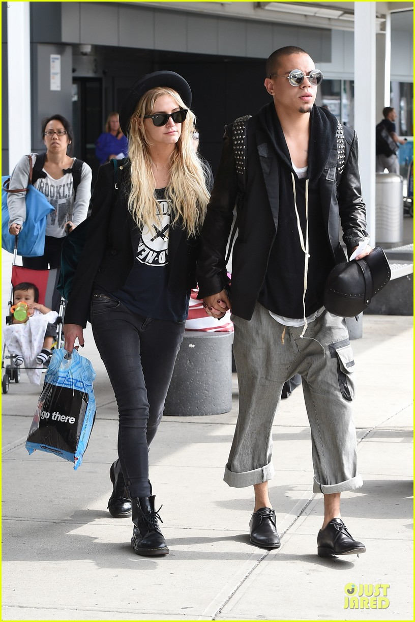ashlee simpson evan ross hold hands after bachelorette party 09