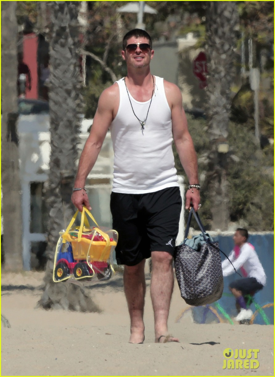 robin thicke shirtless beach 05