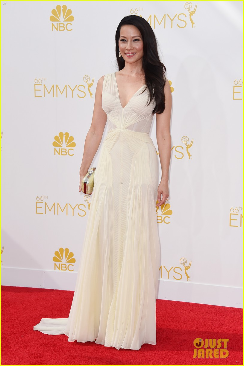 kate walsh lucy liu emmy red carpet 04