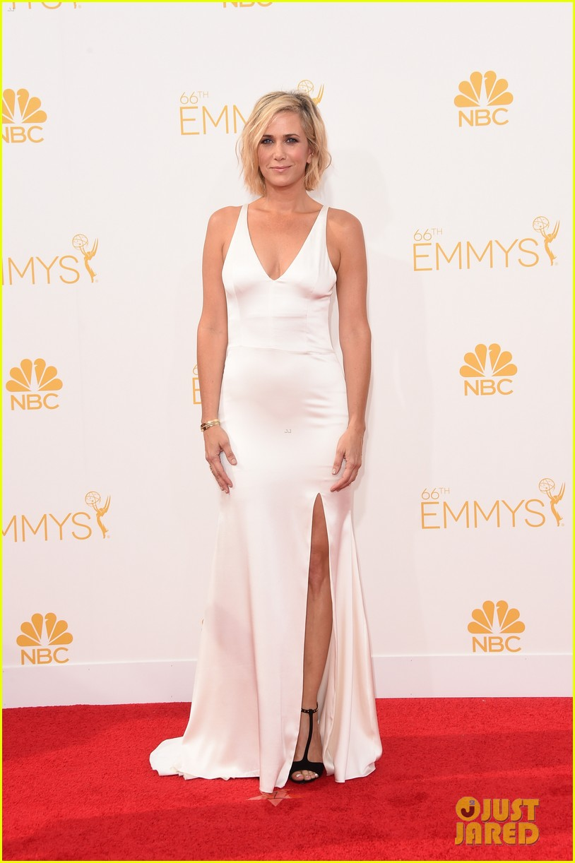kristen wiig is so sleek in white emmys 2014 013183509