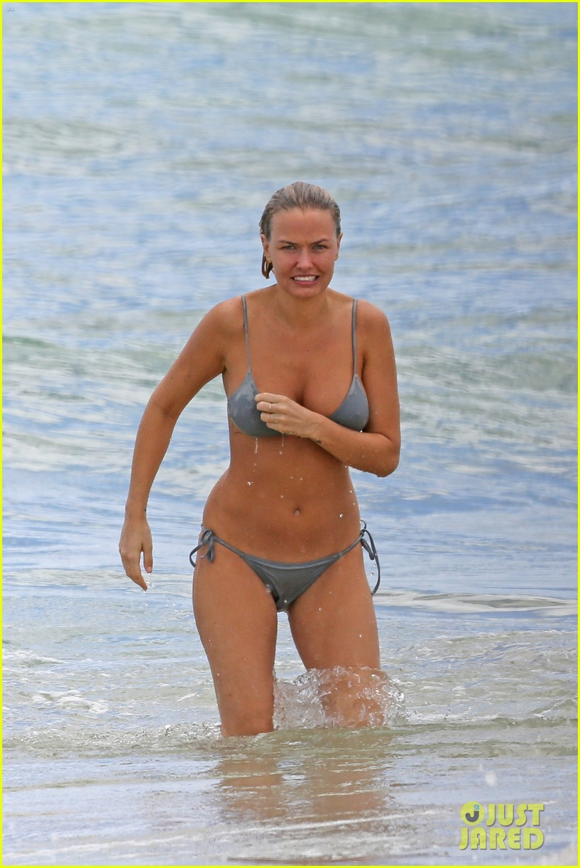 sam worthington lara bingle show off beach bodies in hawaii 163185737
