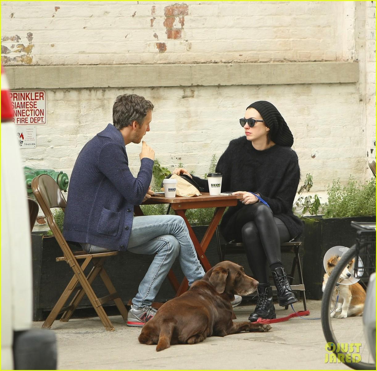 Anne Hathaway And Adam Shulman Shared A Kiss In Manhattan: Anne Hathaway & Adam Shulman Take Injured Dog For Walk