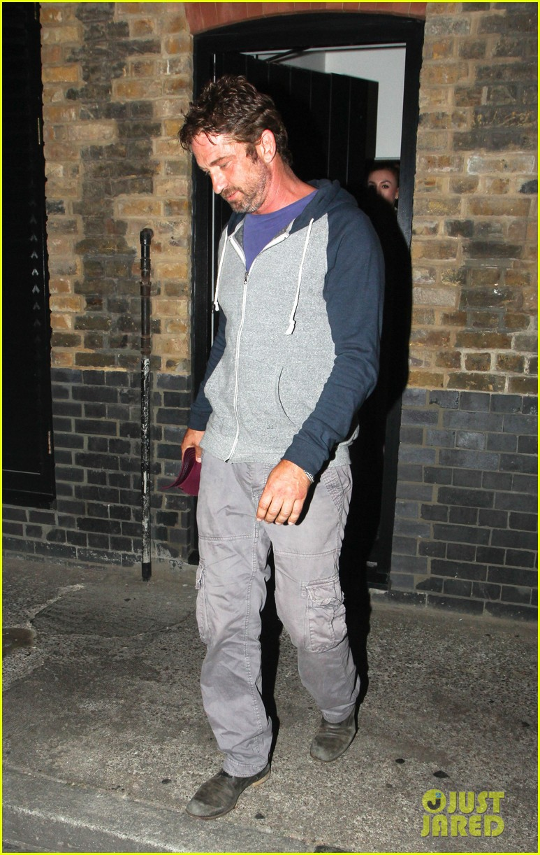 gerard butler treats himself to casaul chiltern night out 01
