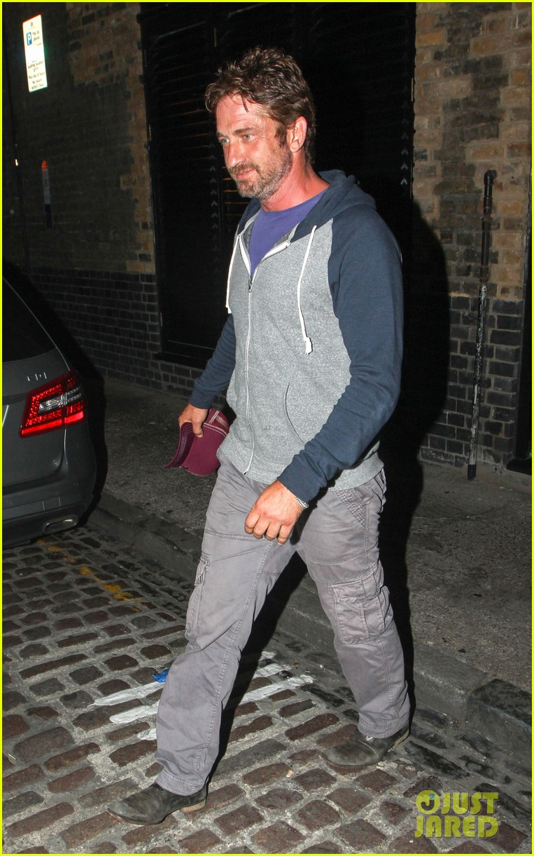 gerard butler treats himself to casaul chiltern night out 10