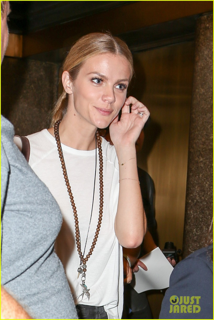 brooklyn decker accompanies hubby andy roddick at late night with seth meyers 063188969