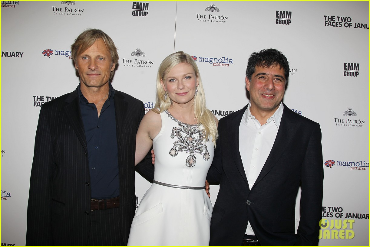 kirsten dunst viggo mortensen hold hands 17