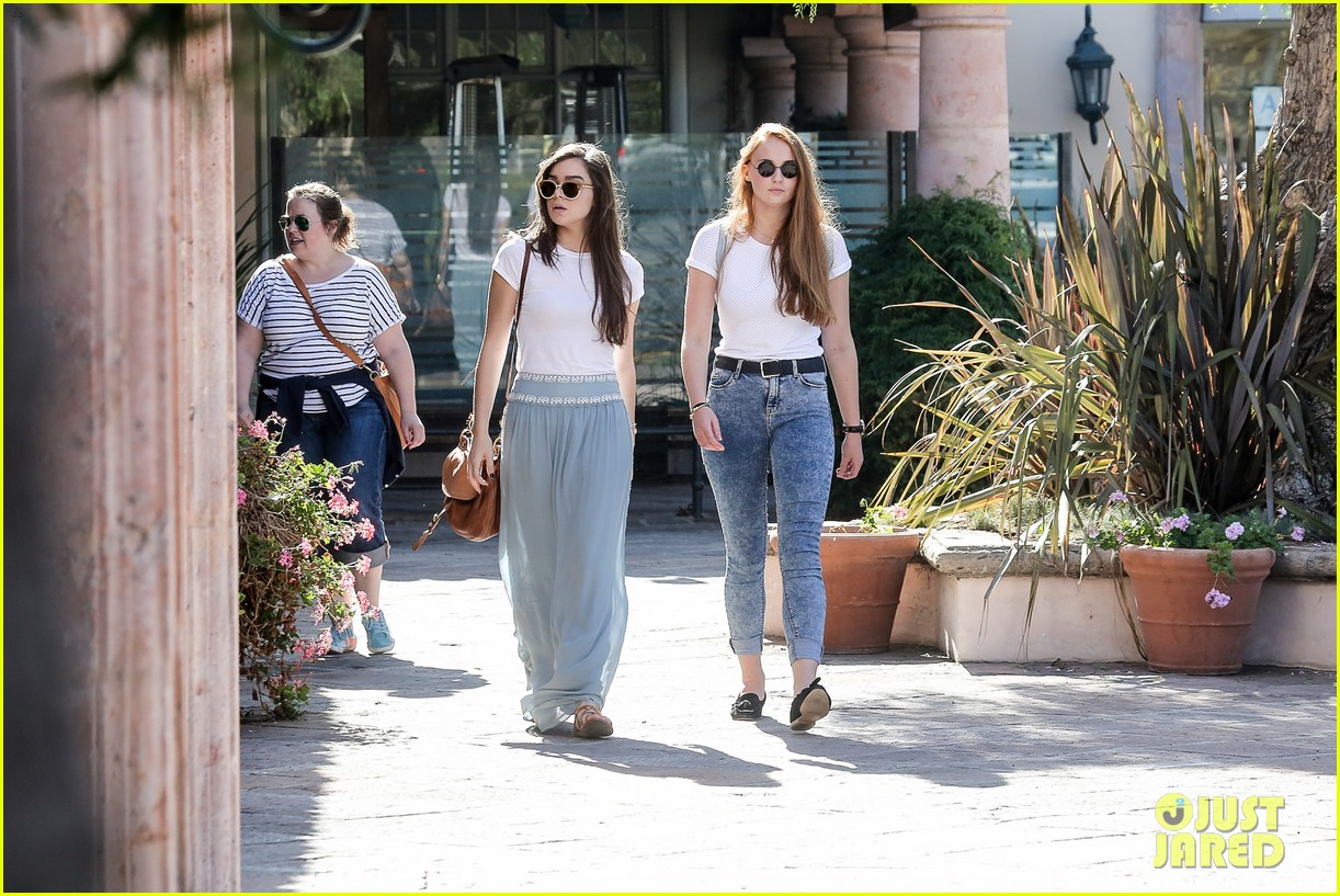 hailee steinfeld sophie turner hold hands girls day 053187116