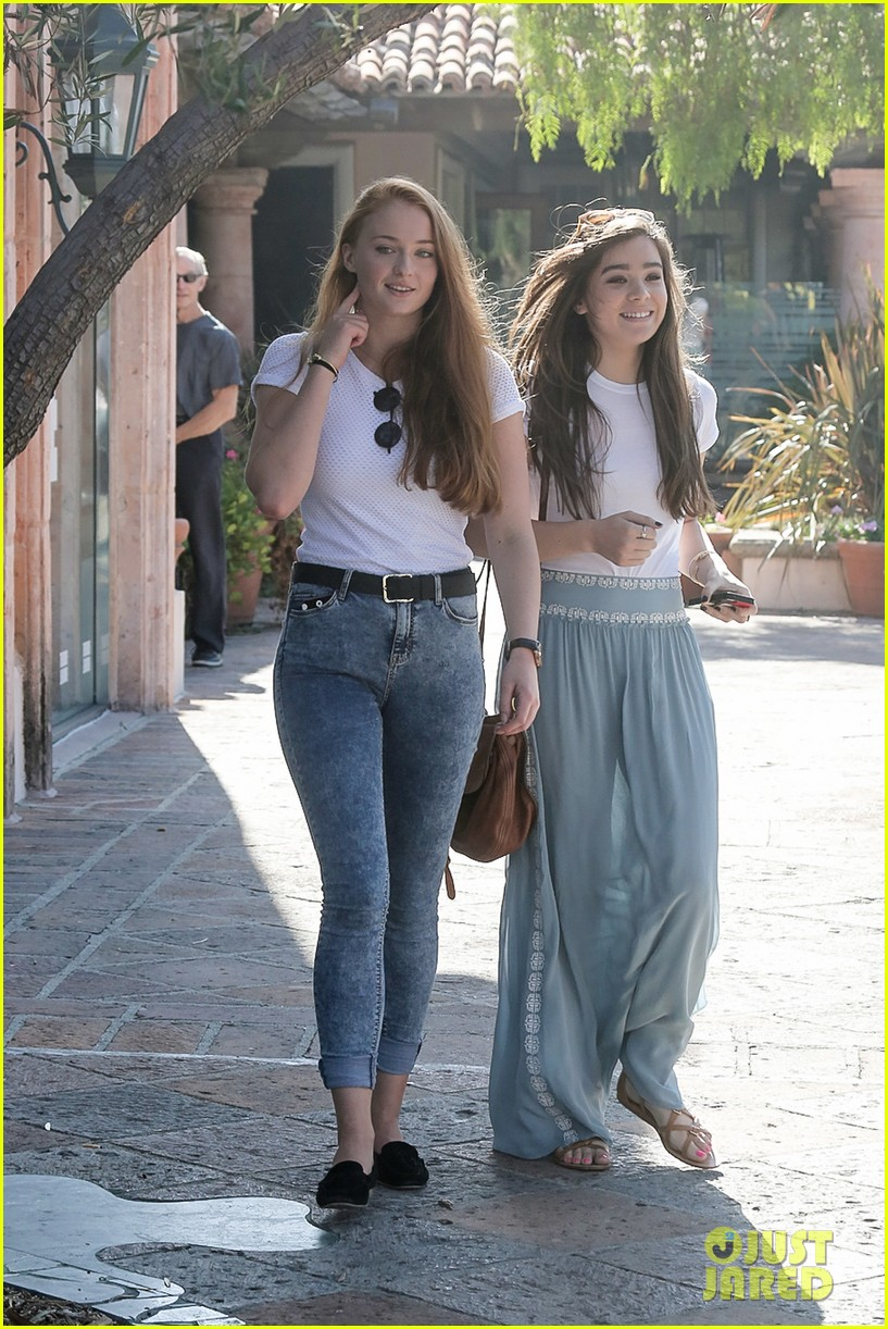 hailee steinfeld sophie turner hold hands girls day 08