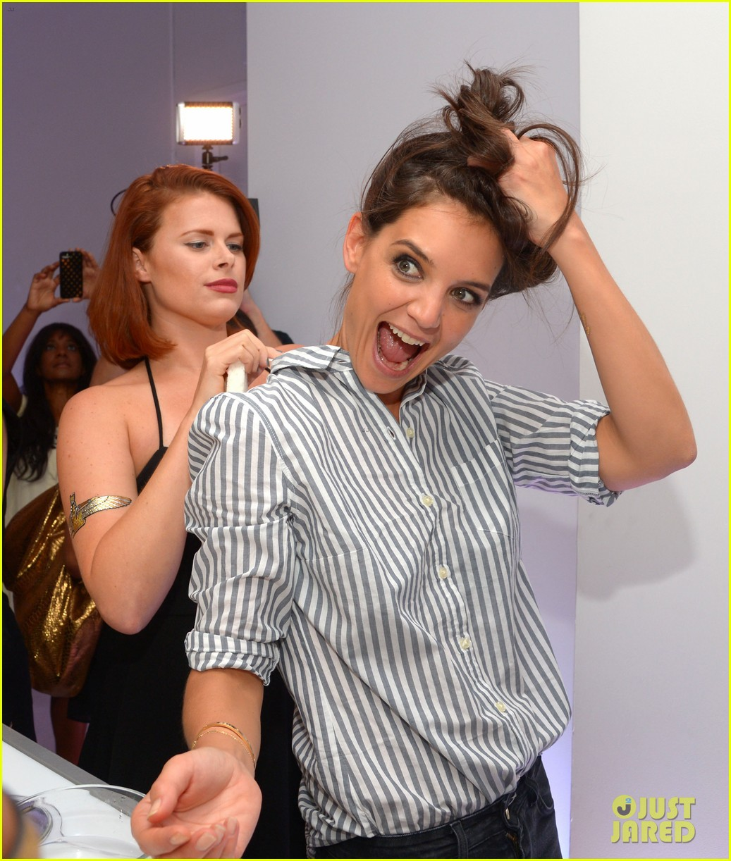 katie holmes gets temporary tattoos at joe zee nyfw event 01