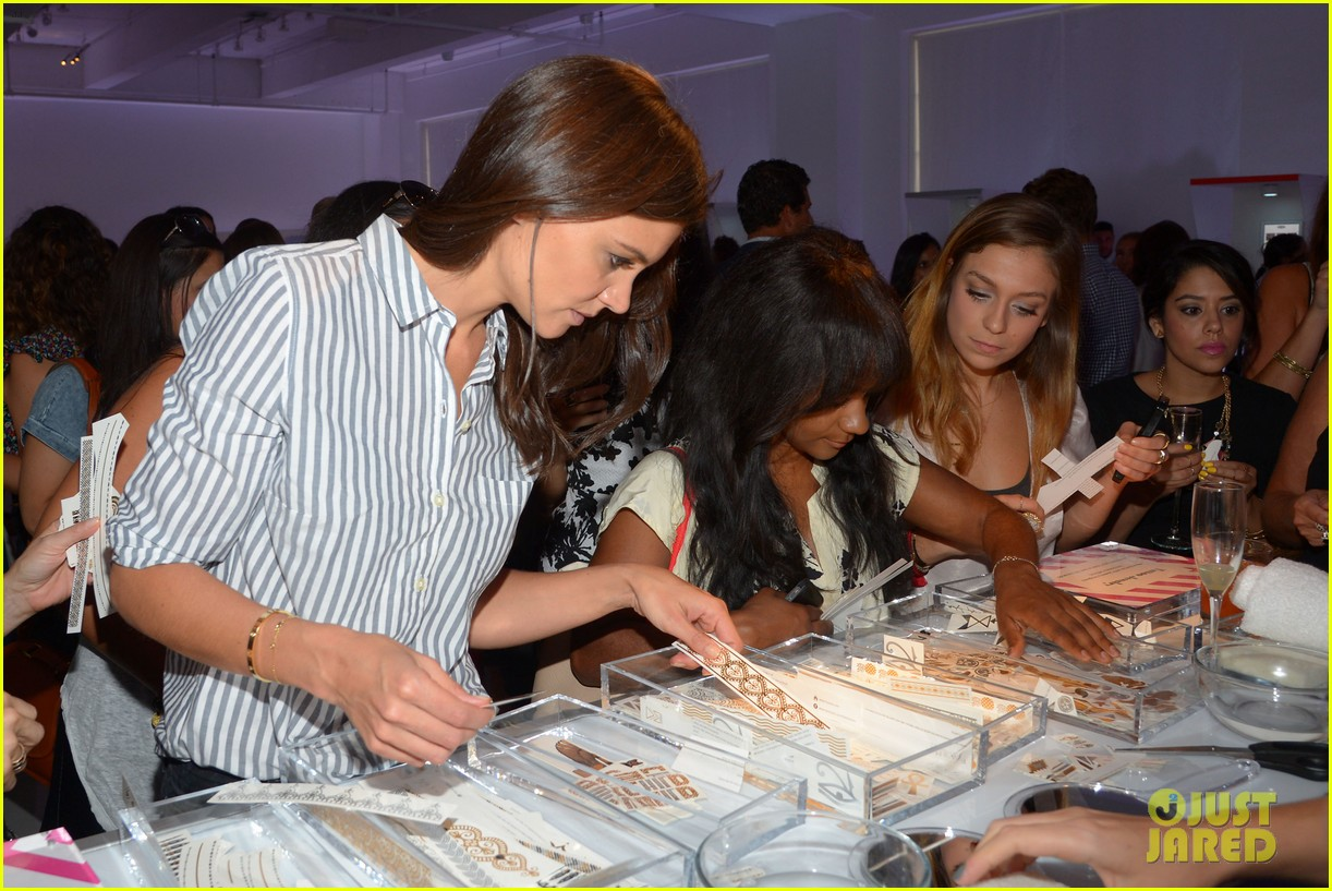 katie holmes gets temporary tattoos at joe zee nyfw event 16