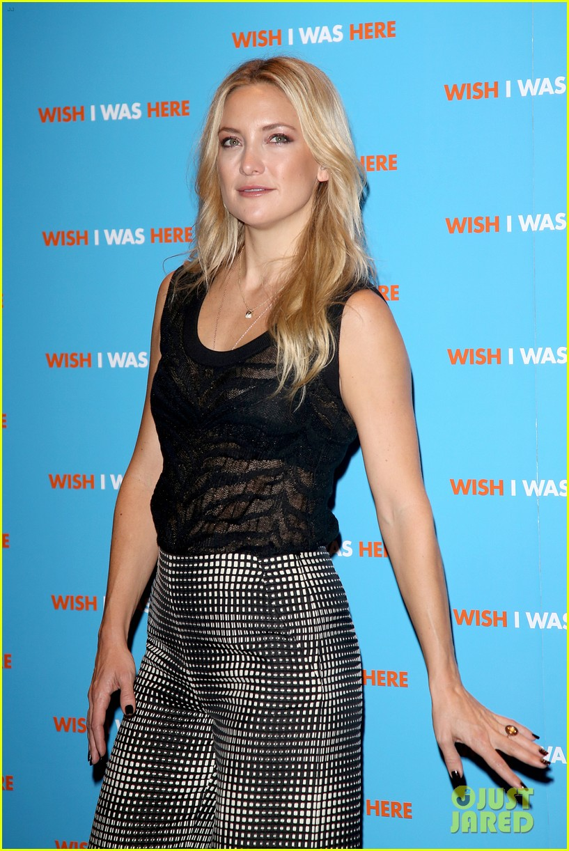 kate hudson plays photographer at her own movie premiere 10