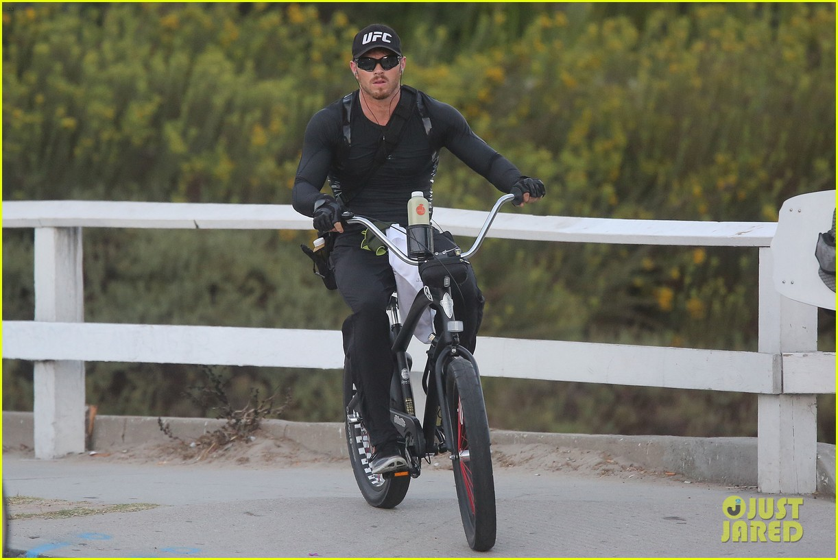 kellan lutz bikes to pilates class dinner 07