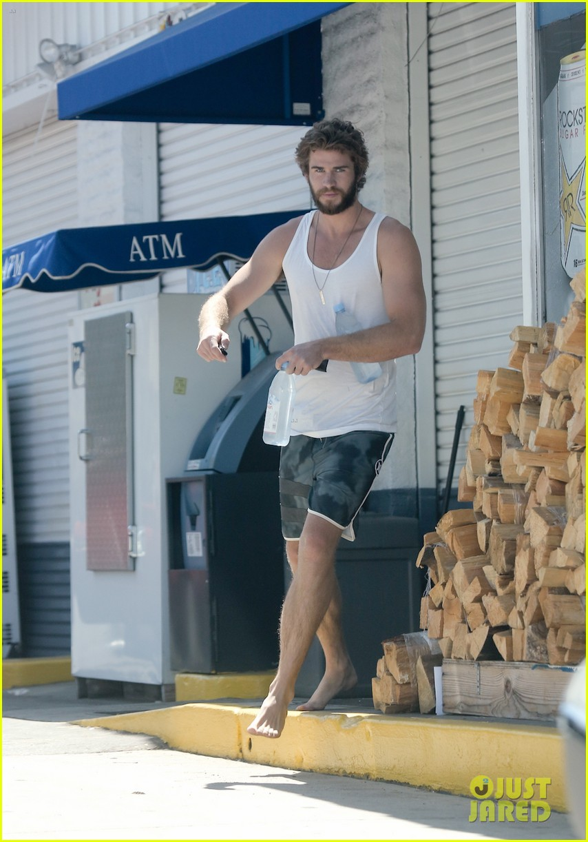 liam hemsworth barefoot store run 023189414