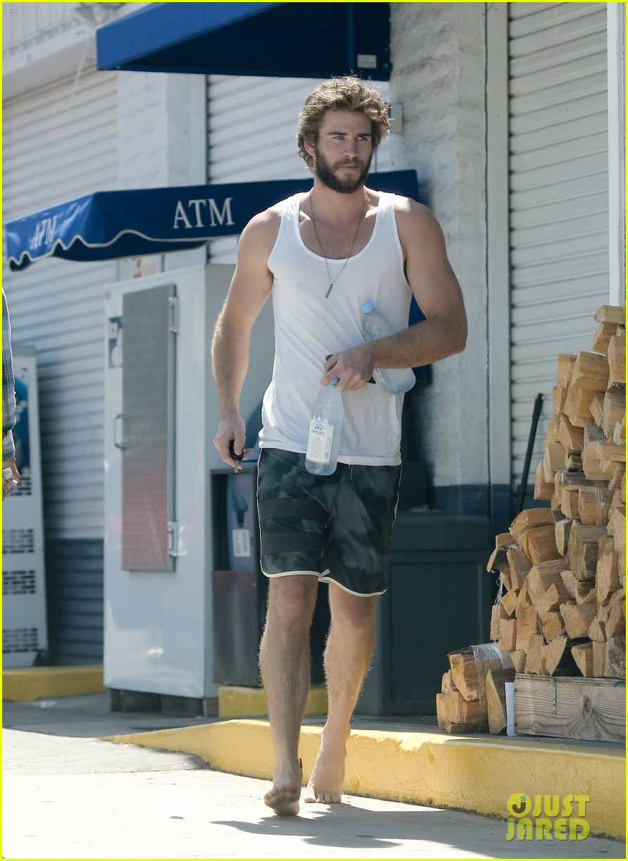 liam hemsworth barefoot store run 03