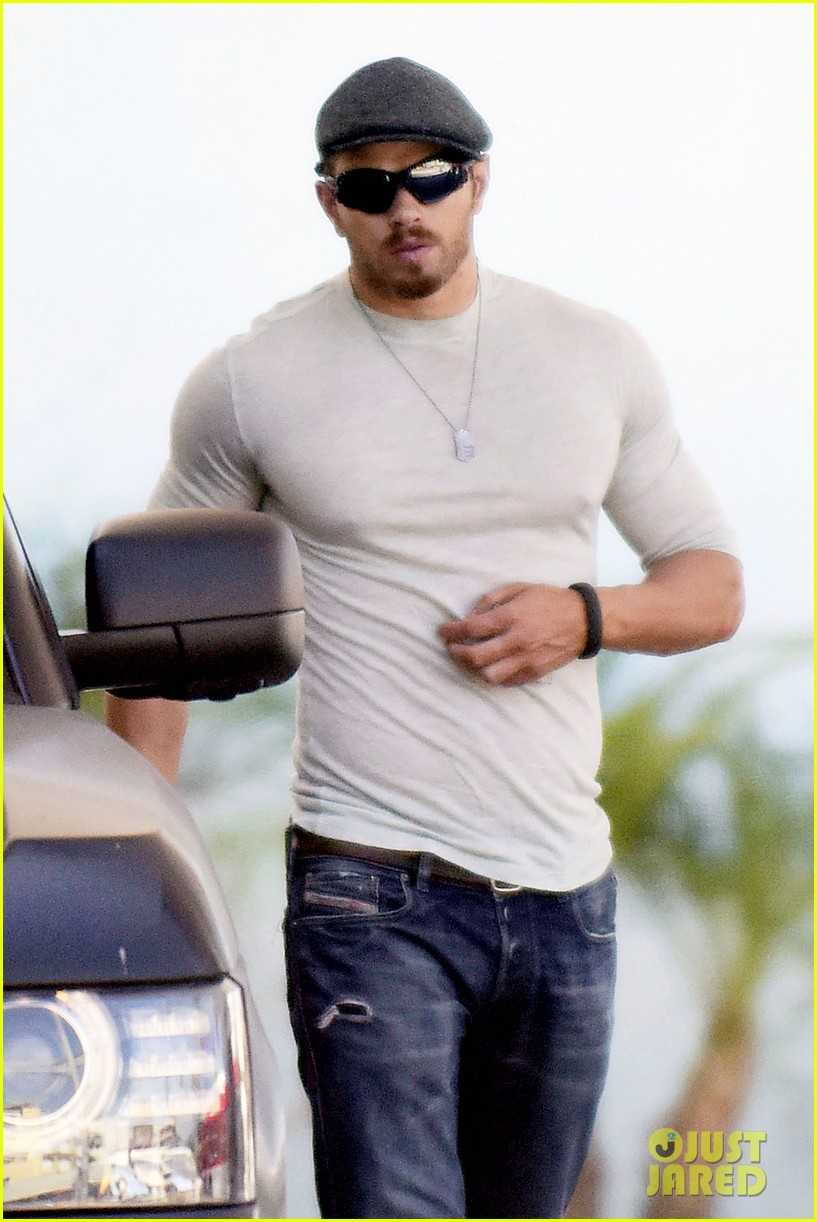 Kellan Lutz Shows Off His Hot Body in a Tight Top: Photo ...
